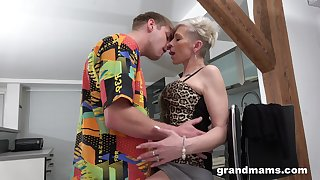 Full orgasms for the mature aunt after she puts some young blarney in her ass