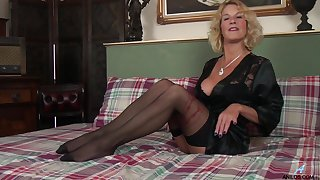 Polemical mature Molly Maracas moans greatest extent masturbating greater than the bed