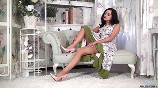 Naughty model Bonnie Bellotti drops her raiment nearly masturbate