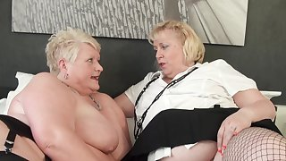 Harmful mature sluts Juicy Ginger and Lexie Cummings have lesbian sex