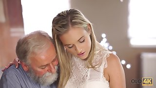 Elderly womanizer knows how to convince beautiful unsubtle to try his cock